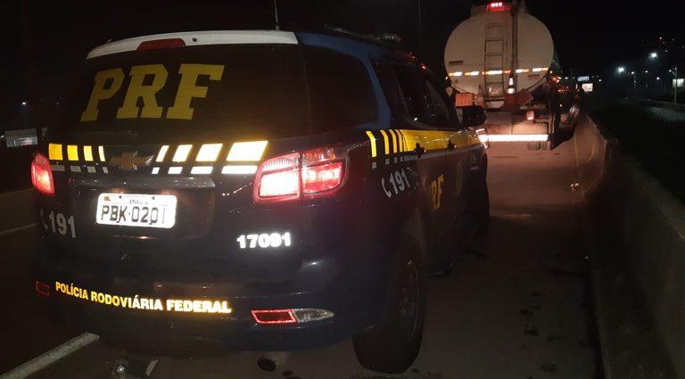 Polícia Rodoviária Federal apreende combustível sem Nota Fiscal na Rodovia Fernão Dias. Carga sem procedência foi avaliada em R$ 100 mil.