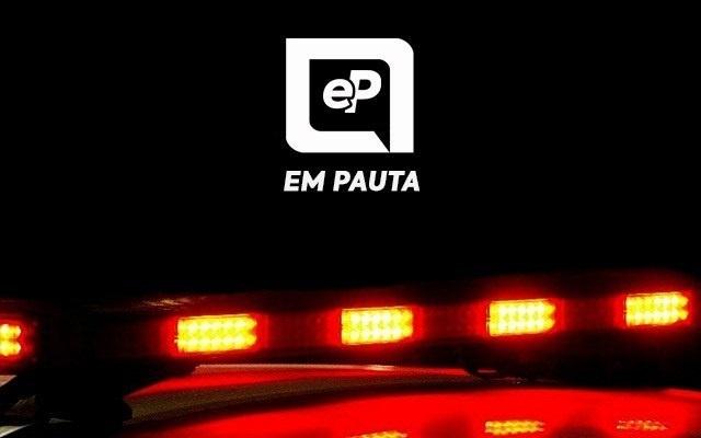 Moto colide contra lateral de ônibus e jovem fica ferida