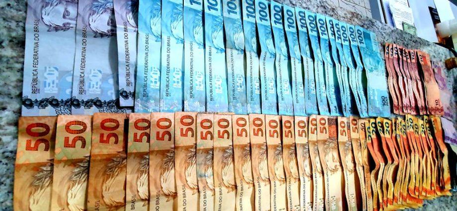 Casal acusado de aplicar golpes na região é flagrado, em Bragança Paulista, com notas falsas. Além das notas, produtos foram apreendidos.