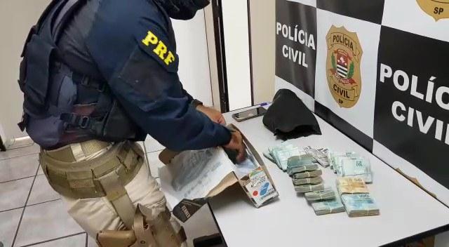 Polícia Rodoviária Federal apreende R$ 113 mil na Fernão Dias com homem que já tinha passagens pela polícia por tráfico e roubo.
