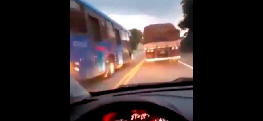 Vídeo: Ônibus realiza ultrapassagem proibida e por pouco não provoca acidente na Rodovia Alkindar Monteiro Junqueira.