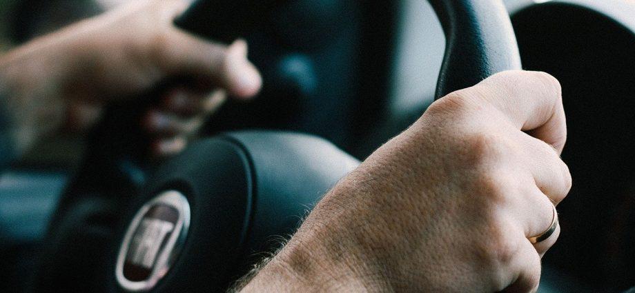 Vai comprar um carro usado? Como pesquisar possíveis restrições?