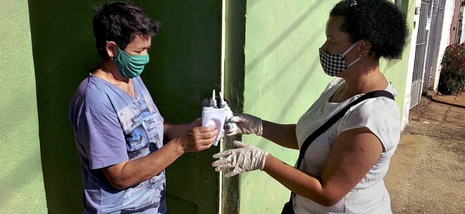 Força-tarefa distribui álcool e máscaras nesta terça na Vila Batista, em Bragança Paulista. Água sanitária também é distribuída.