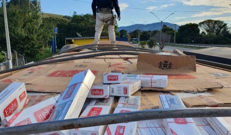 350 mil maços de cigarros são apreendidos na Rodovia Fernão Dias pela Polícia Rodoviária Federal (PRF), em Vargem.