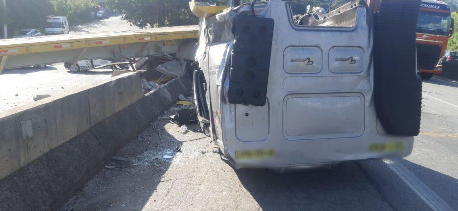 Acidente fatal na Fernão Dias causa 8 km de retenção no sentido São Paulo. Ajudante de caminhoneiro que faleceu tinha 58 anos.